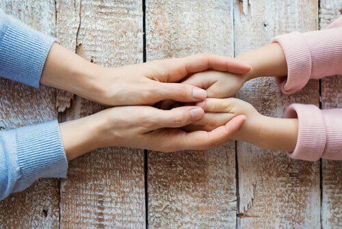 manos-de-una-madre-con-su-hija